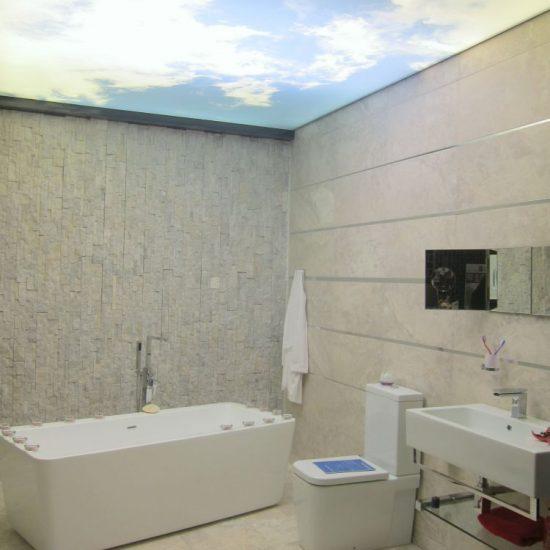 Plafond tendu ciel salle de bain